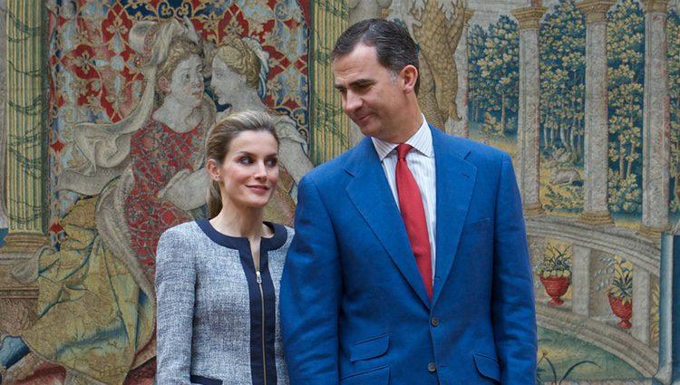 Los Reyes Felipe y Letizia en un encuentro con representantes sociales