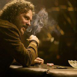 José Coronado fumando en una escena de 'No habrá paz para los malvados'
