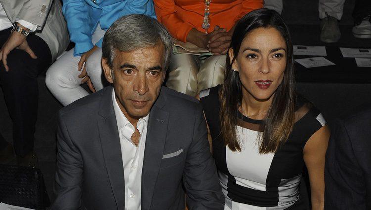 Imanol Arias y su novia Irene Meritxell en los desfiles de Ágatha Ruiz de la Prada y Roberto Torretta en Cibeles