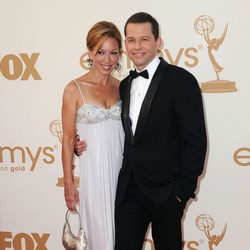 Jon Cryer y su mujer Lisa Joyner en la gala Emmy 2011