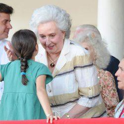 La Infanta Pilar saluda a Victoria de Marichalar en el Concurso de Saltos