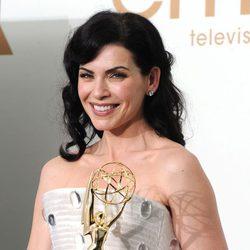 Jualianna Margulies con su galardón en los premios Emmy 2011