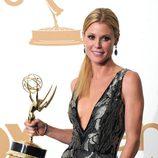 Julie Bowen con su estatuilla en los premios Emmy 2011