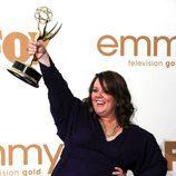 Melissa McCarthy con su galardón en los premios Emmy 2011