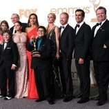El reparto de 'Modern Family' con su galardón en los premios Emmy 2011