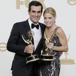 Ty Burrell y Julie Bowen con sus galardones en los premios Emmy 2011