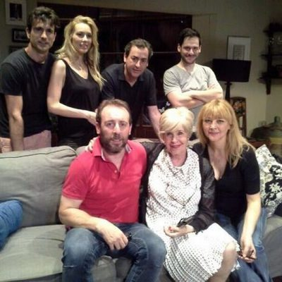 Concha Velasco con el reparto de la obra de teatro 'El Nombre'