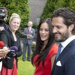 Carlos Felipe de Suecia y Sofia Hellqvist hablan con la prensa en el anuncio de su compromiso