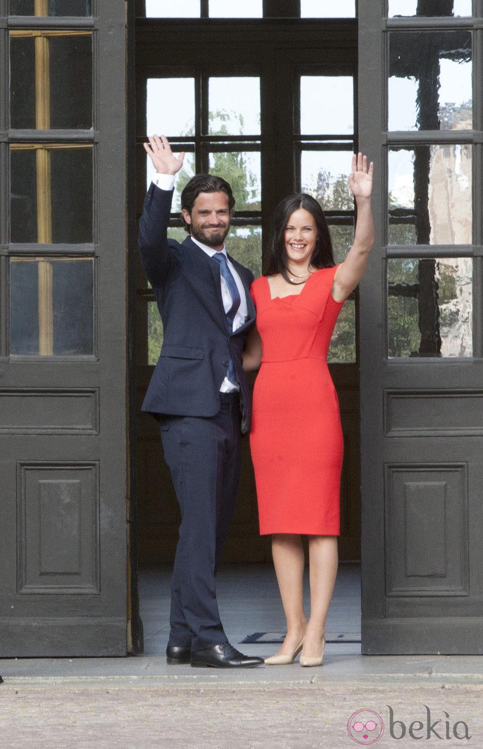 Carlos Felipe de Suecia y Sofia Hellqvist saludan en el anuncio de su compromiso