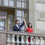 Carlos Felipe de Suecia y Sofia Hellqvist saludan desde el palacio de Drottingholm en el anuncio de su compromiso