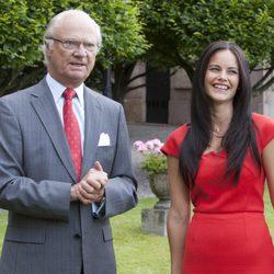 El Rey de Suecia y el Sofia Hellqvist en el anuncio del compromiso de Carlos Felipe de Suecia y Sofia Hellqvist