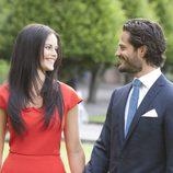 Carlos Felipe de Suecia y Sofia Hellqvist se dedican una tierna mirada en el anuncio de su compromiso