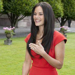 Sofia Hellqvist muestra su anillo de compromiso