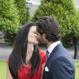 Carlos Felipe de Suecia y Sofia Hellqvist se dan un beso en su compromiso