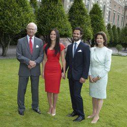 Carlos Felipe de Suecia y Sofia Hellqvist con los Reyes de Suecia en el anuncio de su compromiso