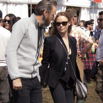 Stella McCartney y Alasdhair Willis en el Festival de Glastonbury 2014