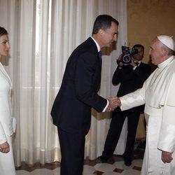 El Rey Felipe saluda al Papa Francisco en su primer viaje al extranjero como Rey de España