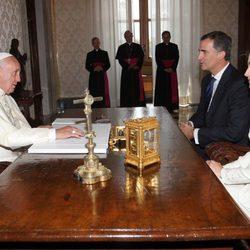 Los Reyes Felipe y Letizia con el Papa Francisco en su primer viaje al extranjero como Reyes de España