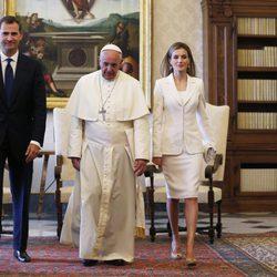 La Reina Letizia vestida de blanco junto al Rey Felipe y al Papa Francisco en El Vaticano