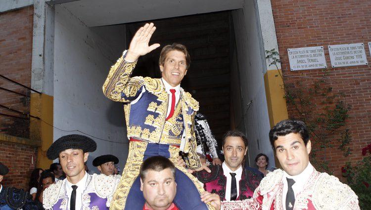 Manuel Díaz El Cordobés saliendo por la Puerta Grande de Burgos