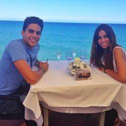 Marc Bartra y Melissa Jiménez comen juntos frente al mar