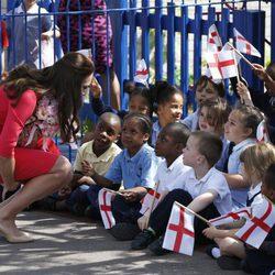La Duquesa de Cambridge saluda a unos niños en una escuela de Londres