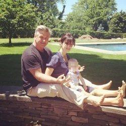 Alec Baldwin e Hilaria Thomas con su hija Carmen Gabriela celebrando el Día del Padre 2014