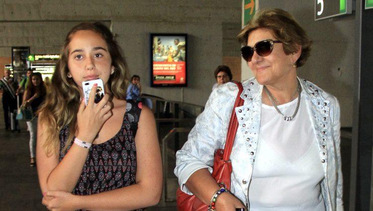Carmen Bazán con su nieta Andrea en la estación del tren de Sevilla