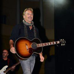 Kevin Costner en su concierto en Barcelona