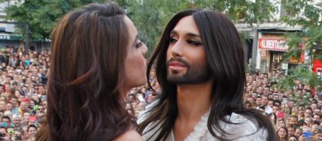 Ruth Lorenzo y Conchita Wurst se saludan en el pregón del Orgullo Gay 2014 de Madrid