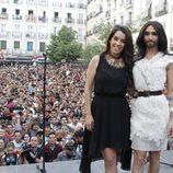 Ruth Lorenzo y Conchita Wurst con la plaza de Chueca de Madrid abarrotada en el pregón del Orgullo Gay 2014