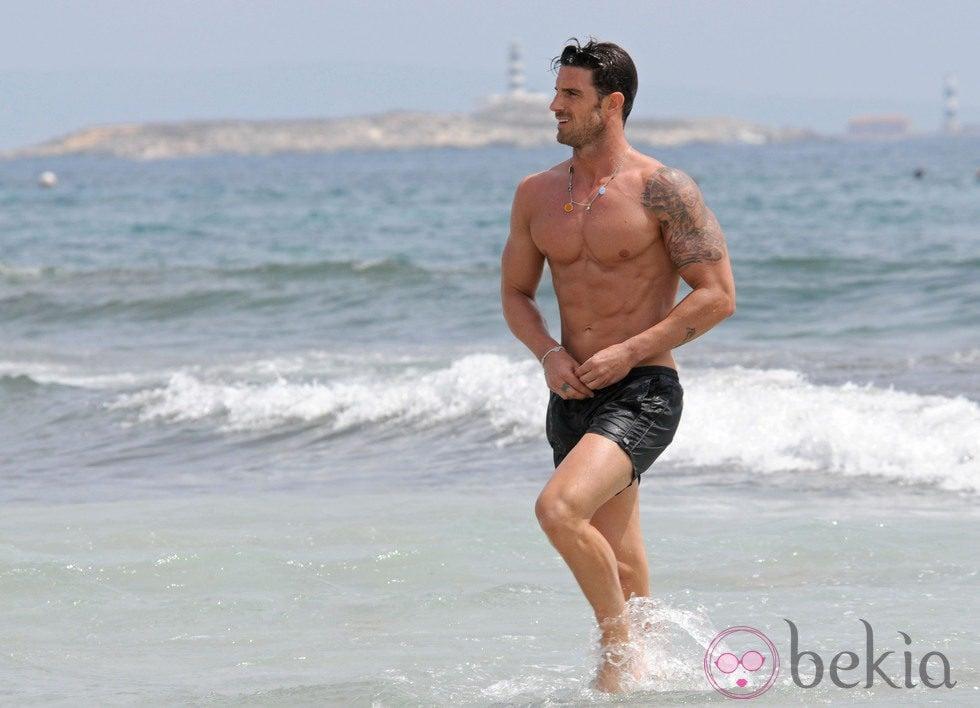Aitor Ocio con el torso desnudo en Ibiza