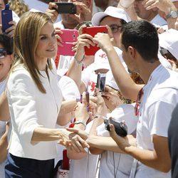 La Reina Letizia saluda a unos ciudadanos en el 150 aniversario de Cruz Roja Española