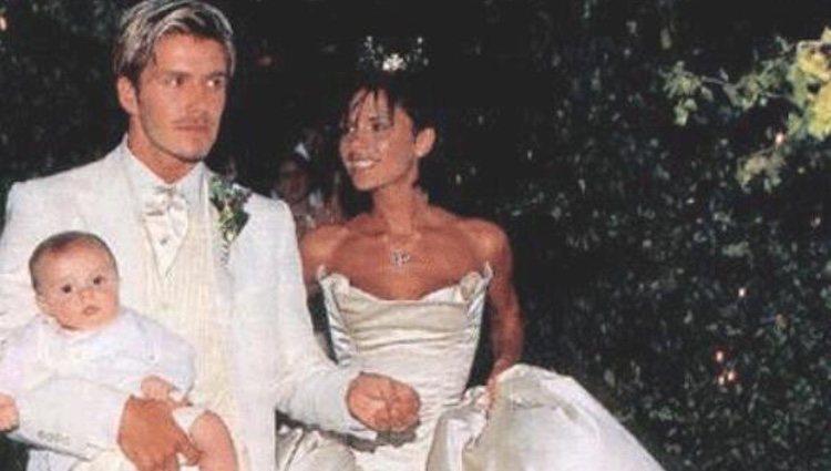 Victoria y David Beckham pasean con Brooklyn en su boda