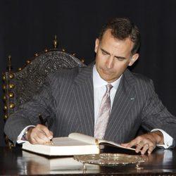 El Rey Felipe firmando en un libro de visitas en su primer viaje a Portugal como Rey