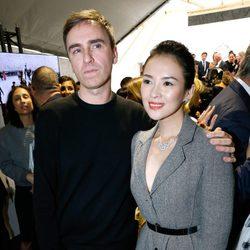 Zhang Ziyi y Raf Simons en el desfile de Dior de la Semana de la Alta Costura de París otoño/invierno 2014