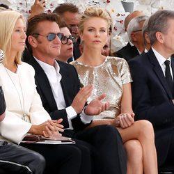 Sean Penn y Charlize Theron en el desfile de Dior de la Semana de la Alta Costura de París otoño/invierno 2014