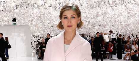 Rosamund Pike en el desfile de Dior de la Semana de la Alta Costura de París otoño/invierno 2014