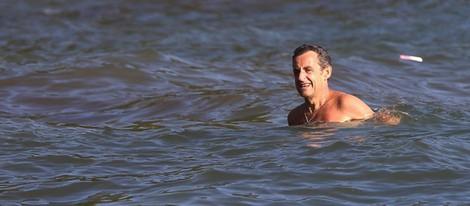 Nicolas Sarkozy dándose un chapuzón en la Costa Azul