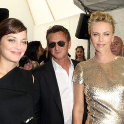 Marion Cotilllard, Sean Penn y Charlize Theron en el desfile de Dior de la Semana de la Alta Costura de París otoño/invierno 2014
