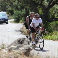 Nicolas Sarkozy montando en bici por la Costa Azul