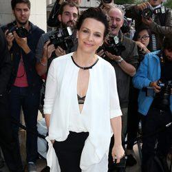 Juliette Binoche en el desfile de Giorgio Armani de la Semana de la Alta Costura de París otoño/invierno 2014