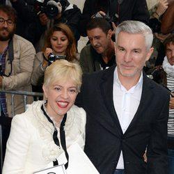 Baz Luhrmann y Catherine Martin en el desfile de Chanel de la Semana de la Alta Costura de París otoño/invierno 2014
