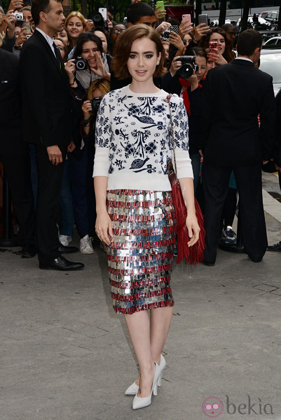 Lily Collins en el desfile de Chanel de la Semana de la Alta Costura de París otoño/invierno 2014