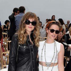 Dakota Johnson y Kristen Stewart en el desfile de Chanel de la Semana de la Alta Costura de París otoño/invierno 2014