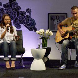 Chenoa y su guitarrista Javier Arpa en un acto promocional