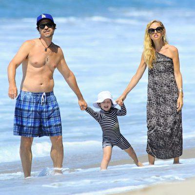 Rachel Zoe y Rodger Berman junto al pequeño Skyler en Malibú