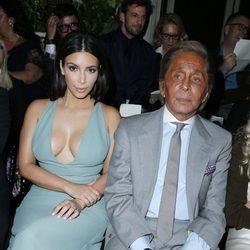 Kim Kardashian y Valentino Garavani en el desfile de Valentino de la Semana de la Alta Costura de París otoño/invierno 2014