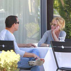 Melanie Griffith con un amigo en Los Angeles