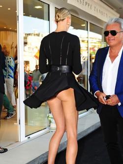 Karolina Kurkova con el vestido levantado enseñando el culo en Ibiza